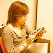 うしろの百太郎を興味深く読む並木先生